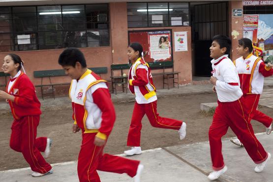 Sportunterricht auf der Straße.